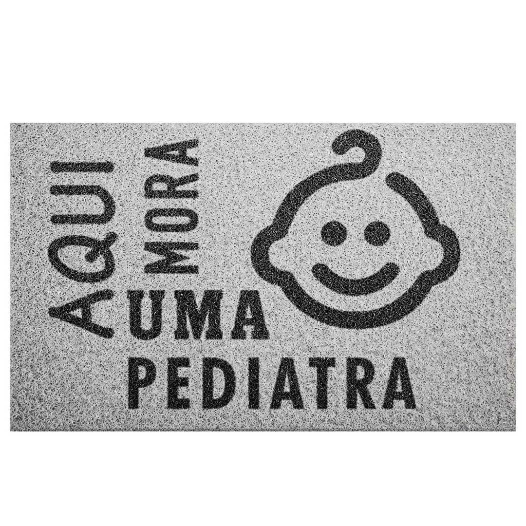 Tapete Capacho 'Aqui Mora Uma Pediatra'