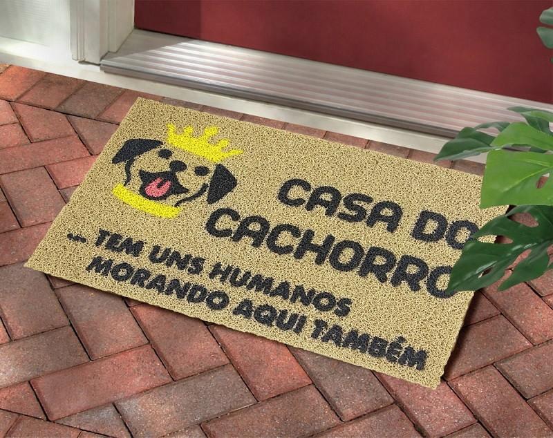 TAPETE CAPACHO 'CASA DO CACHORRO E TEM MORANDO UNS HUMANOS MORANDO AQUI TB