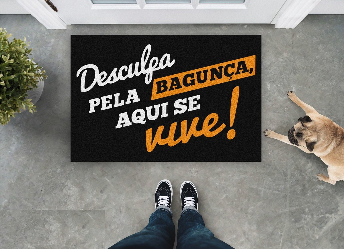 TAPETE CAPACHO 'DESCULPA A BAGUNÇA AQUI SE VIVE!'