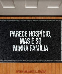 TAPETE CAPACHO DIVERTIDO 'PARECE HOSPICIO MAS É MINHA FAMILIA'