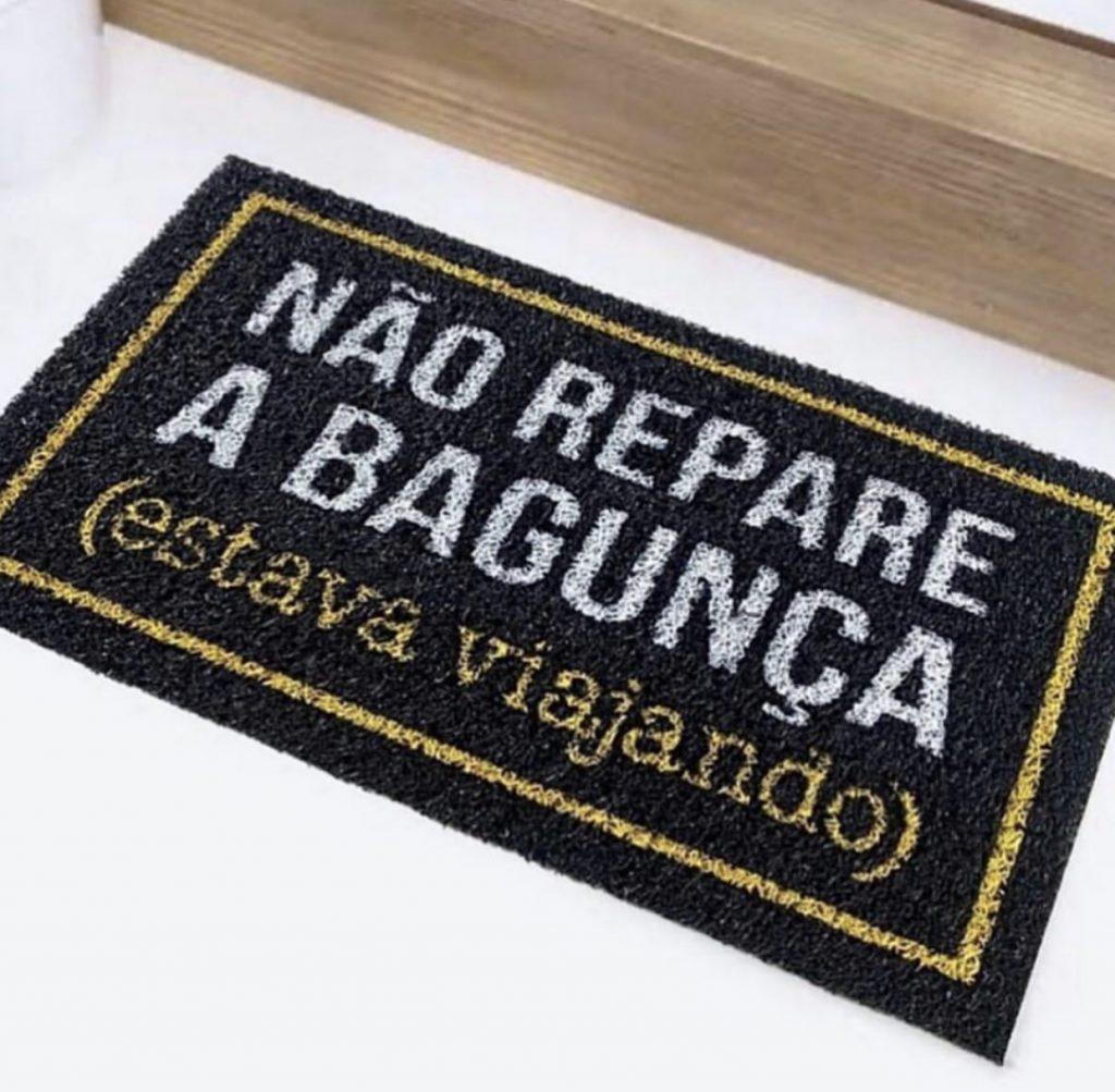 TAPETE CAPACHO 'NÃO REPARE A BAGUNÇA ESTAVA VIAJANDO'