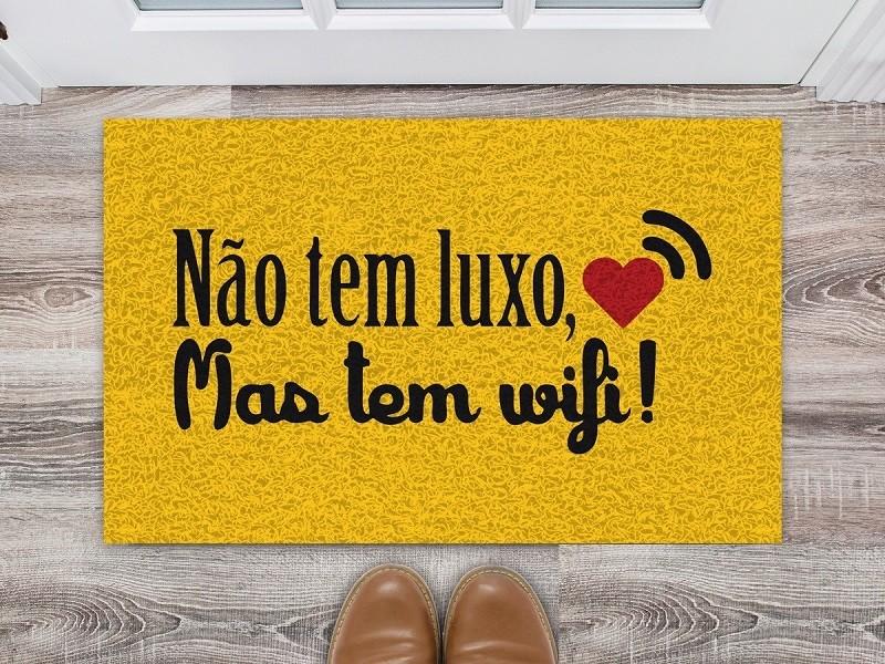Tapete Capacho 'Não Tem Luxo Mais Tem Wifi'