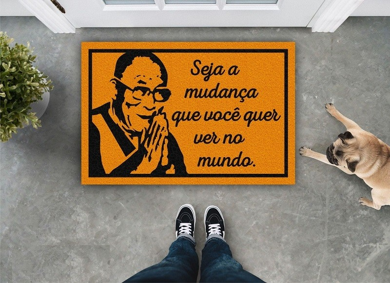 TAPETE CAPACHO 'SEJA A MUDANÇA QUE VOCÊ QUER VER NO MUNDO'
