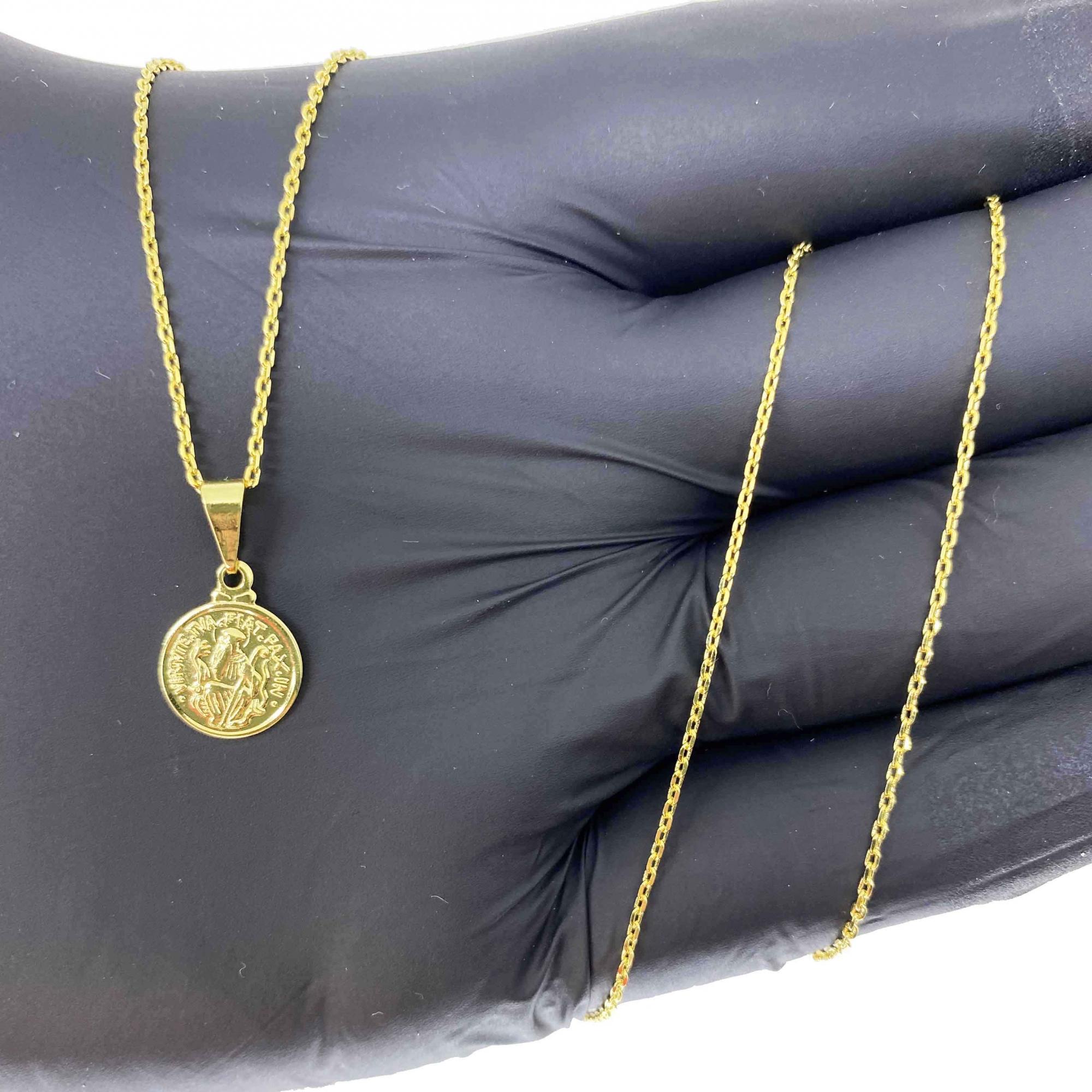 Corrente Cartier Cadeado 1,2mm 70cm (3g) + Pingente São Bento 1,1X1,1cm (1g) (Banho Ouro 18k)