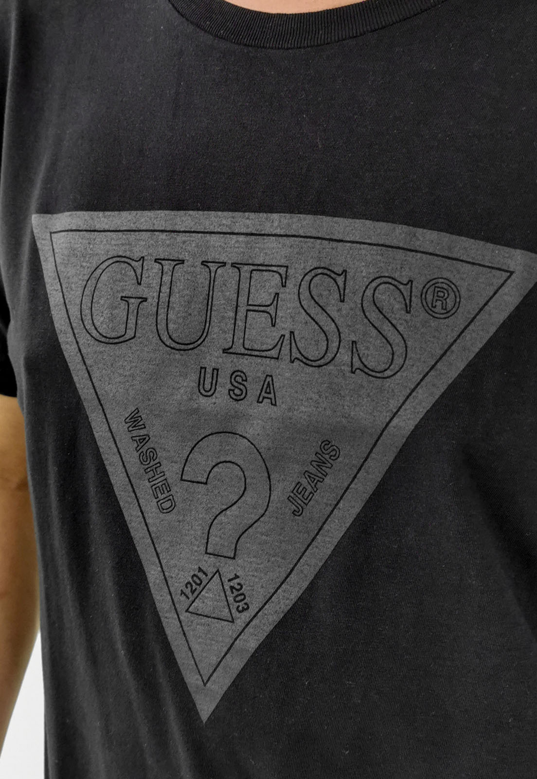 Camiseta Guess Logo Triangulo Preto