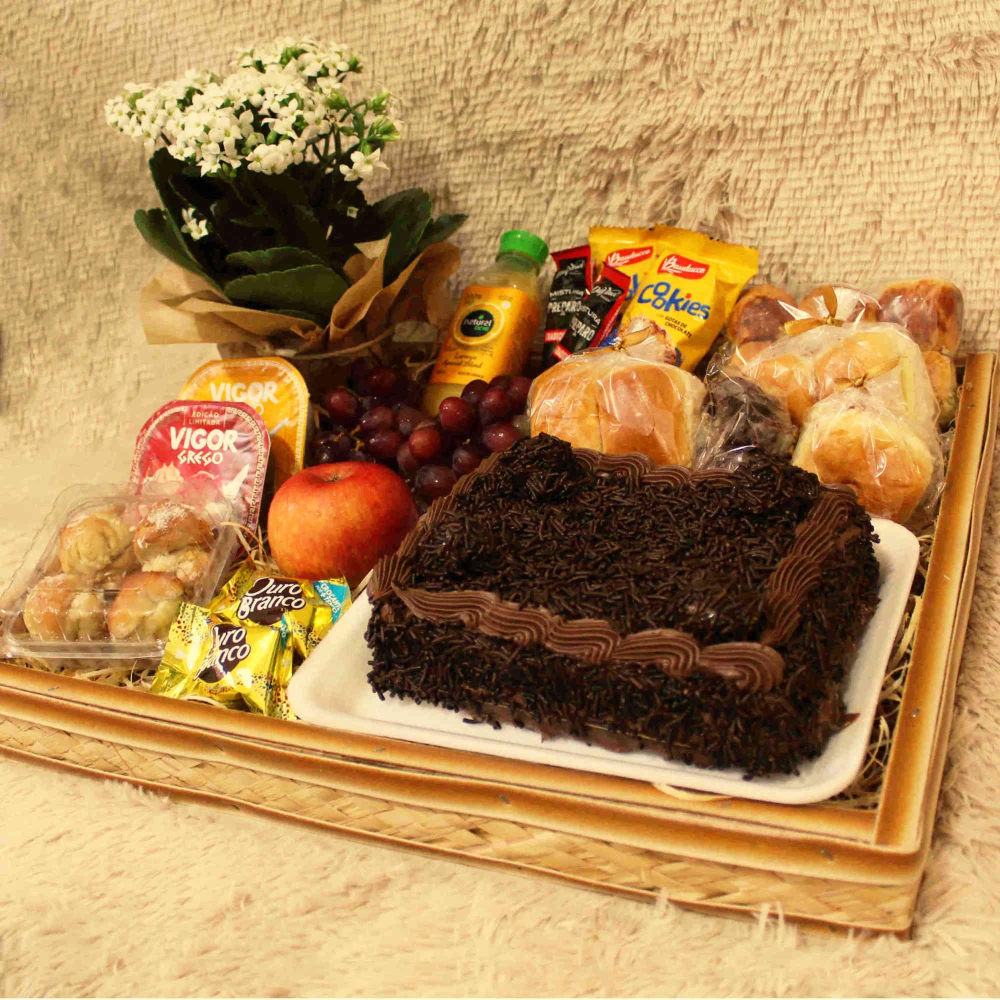 Bandeja de Café da Manhã com Bolo, Biscoitinhos e Frutas