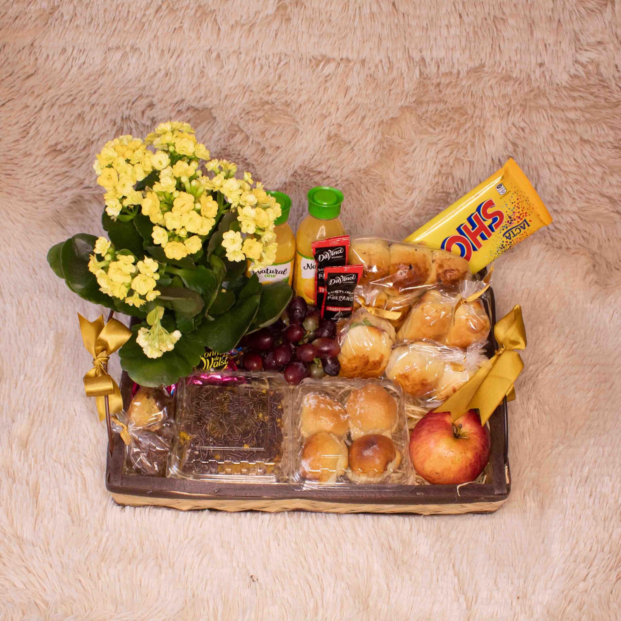 Bandeja de Café da Manhã com Frutas, Cappuccino e Chocolate