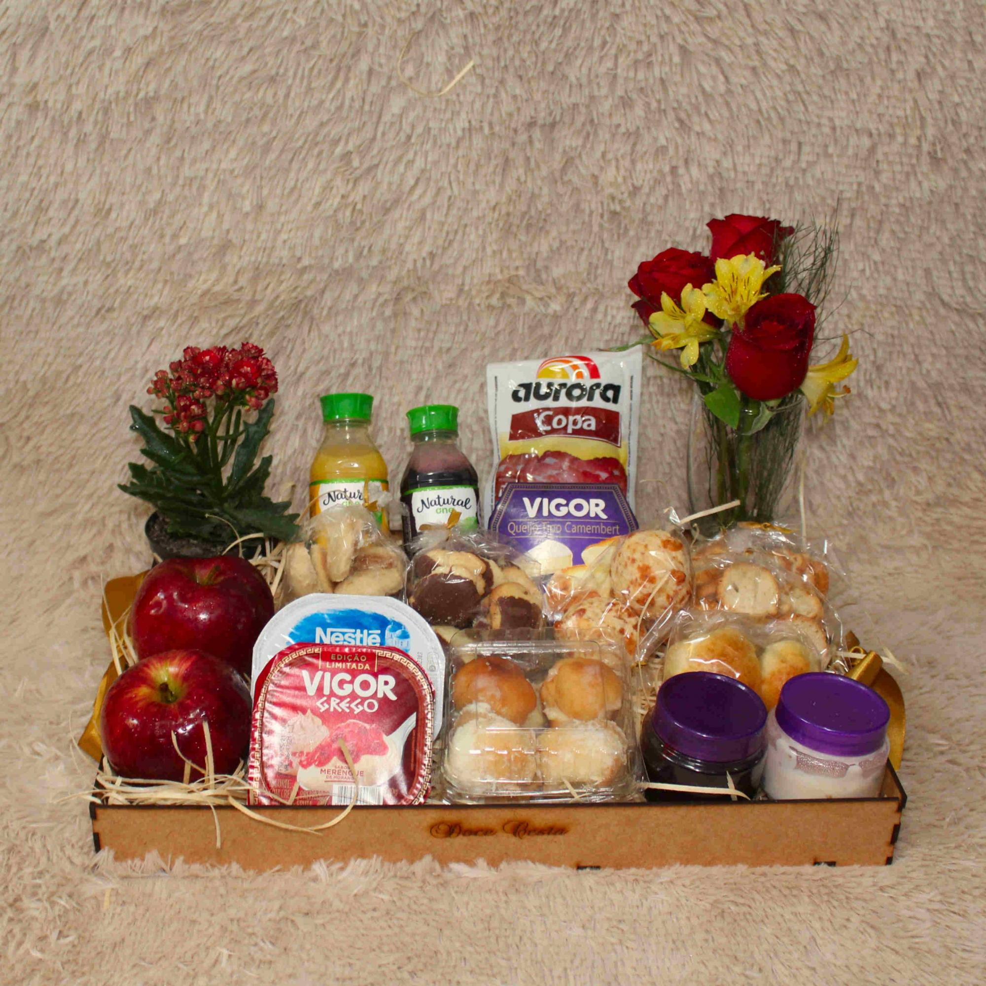Bandeja de Frios com Biscoitinhos , Iogurtes e Fruta