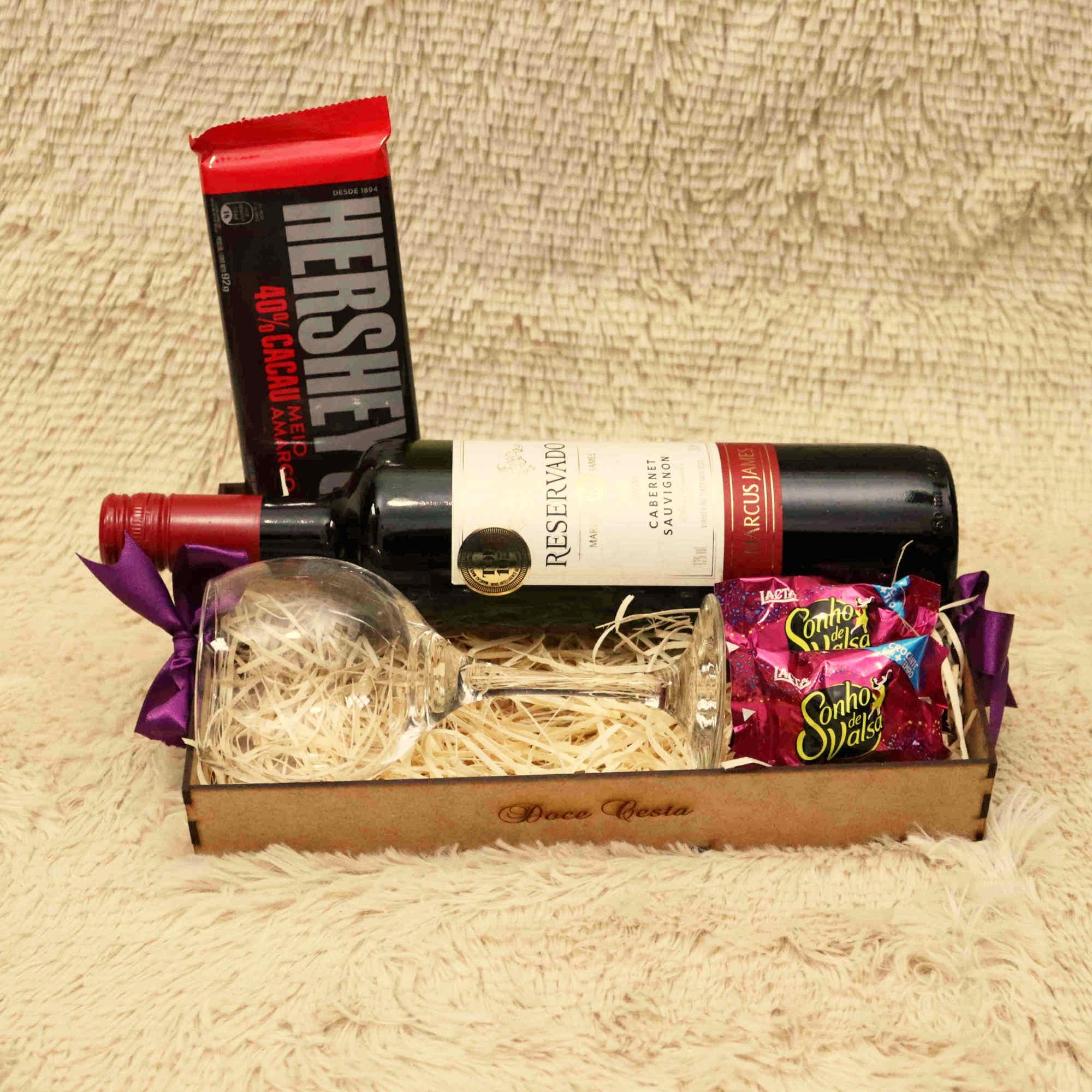 Bandeja de Vinho com Chocolates e Taça Dia dos Pais