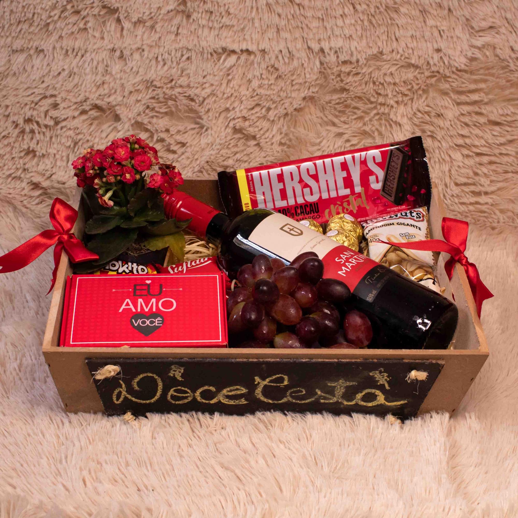 Bandeja (lousa) com Vinho, Chocolate, Frutas e Petisco