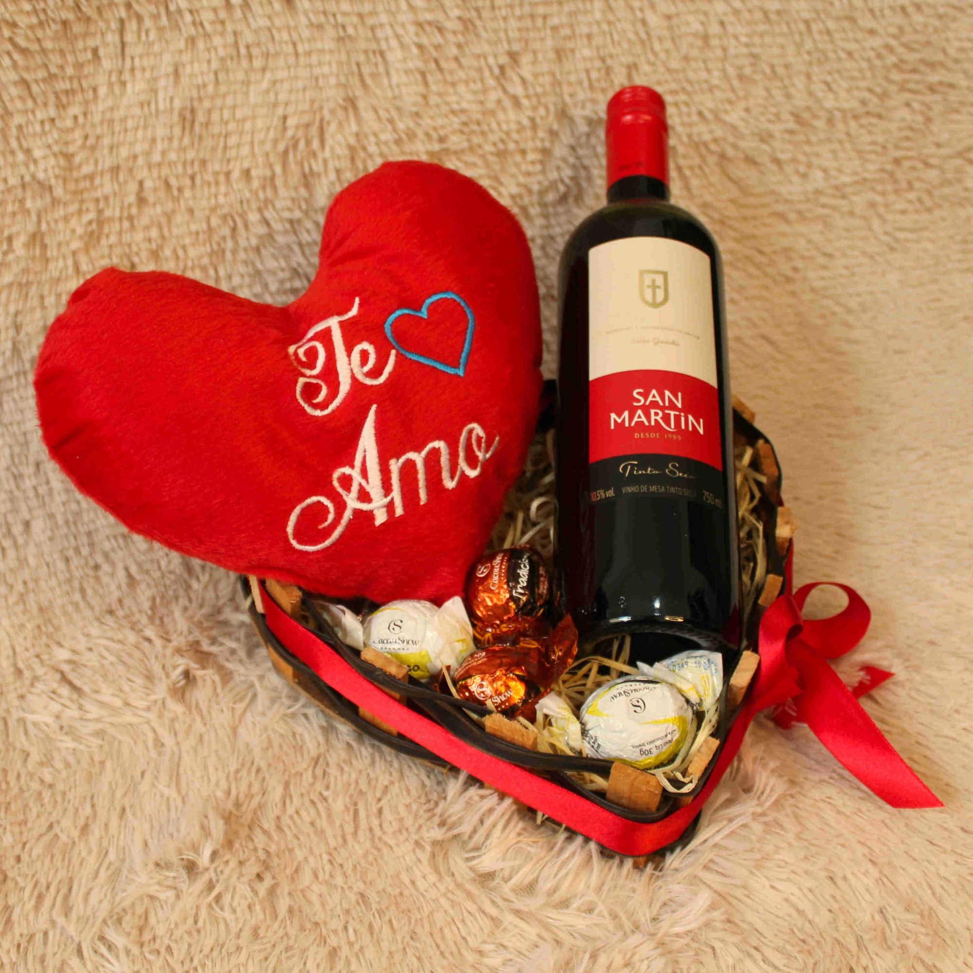Cesta Coração com Vinho e Pelúcia