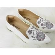 Sapatilha branca com detalhe de flor bordada
