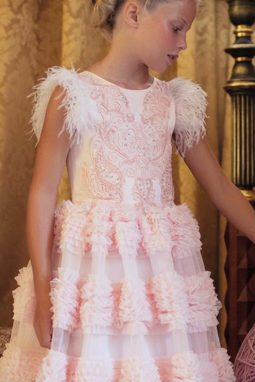Vestido Conceito Petit Cherie Rose com detalhes em plumas e bordados no busto