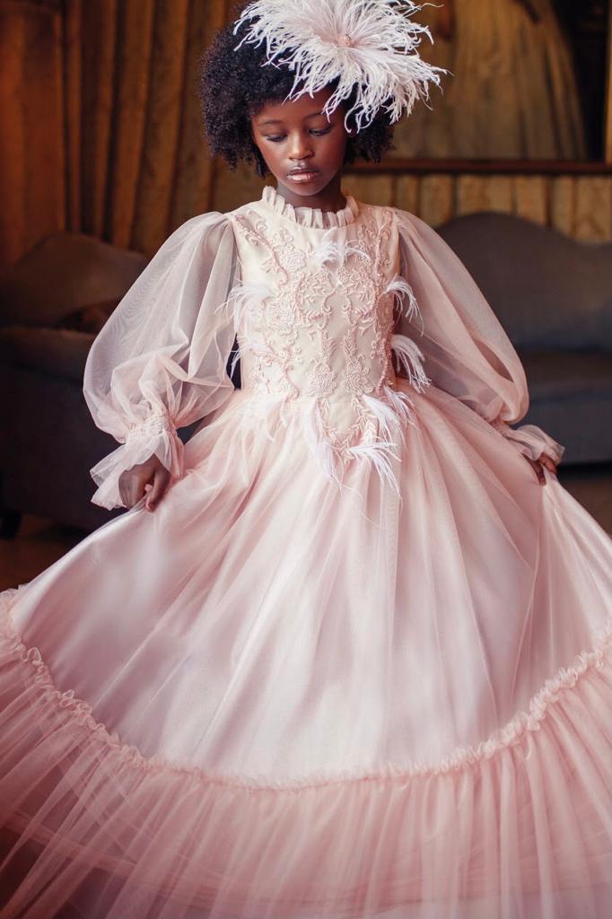 Vestido Conceito Petit Cherie todo de tule Rose comdetalhes de plumas no busto