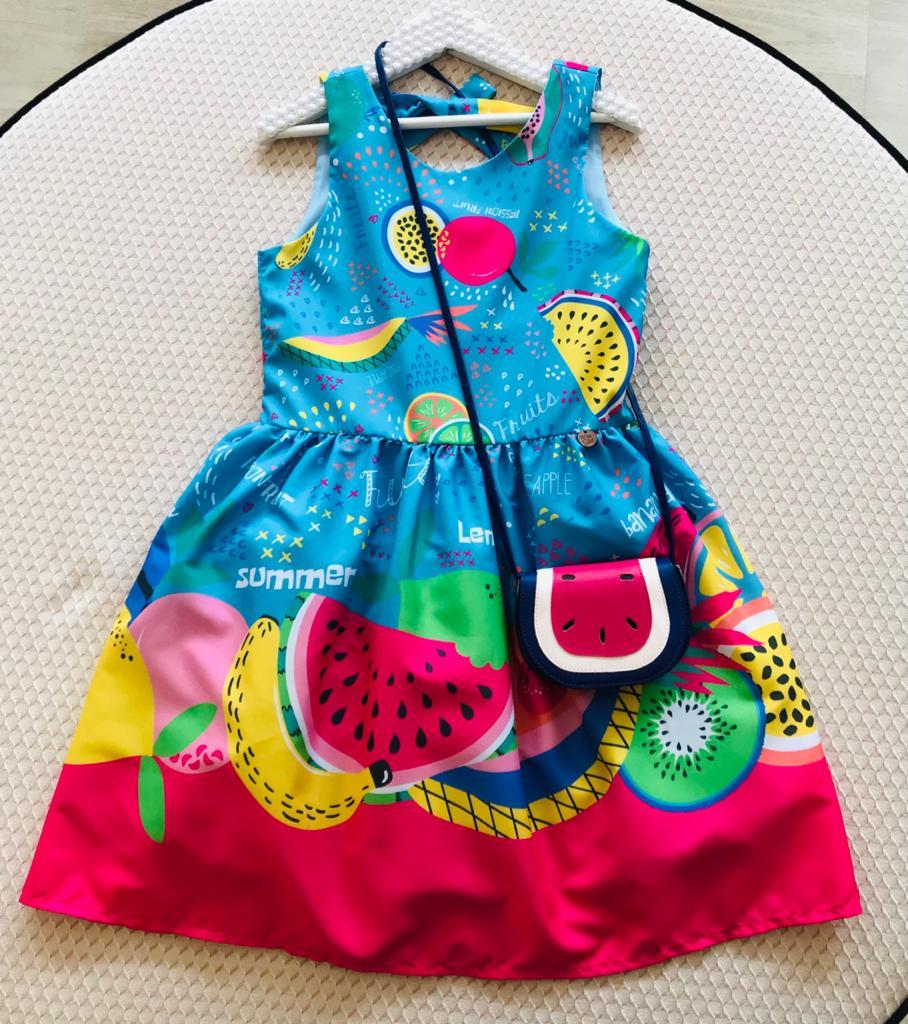 Vestido Mon Sucré Frutas acompanha bolsinha