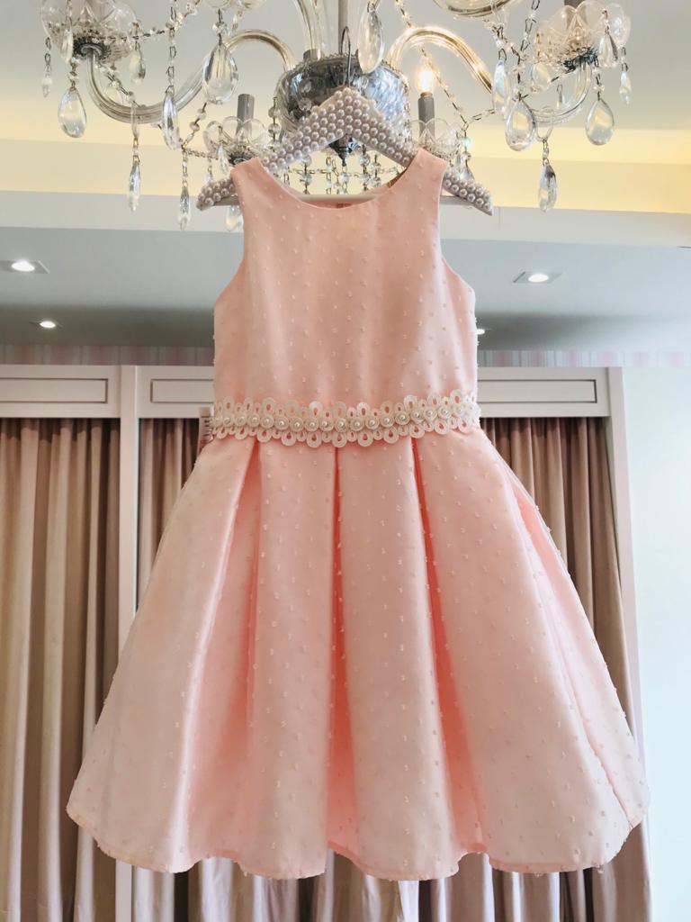 Vestido Petit Cherie rosa saia com pregas coberto com organza com detalhes