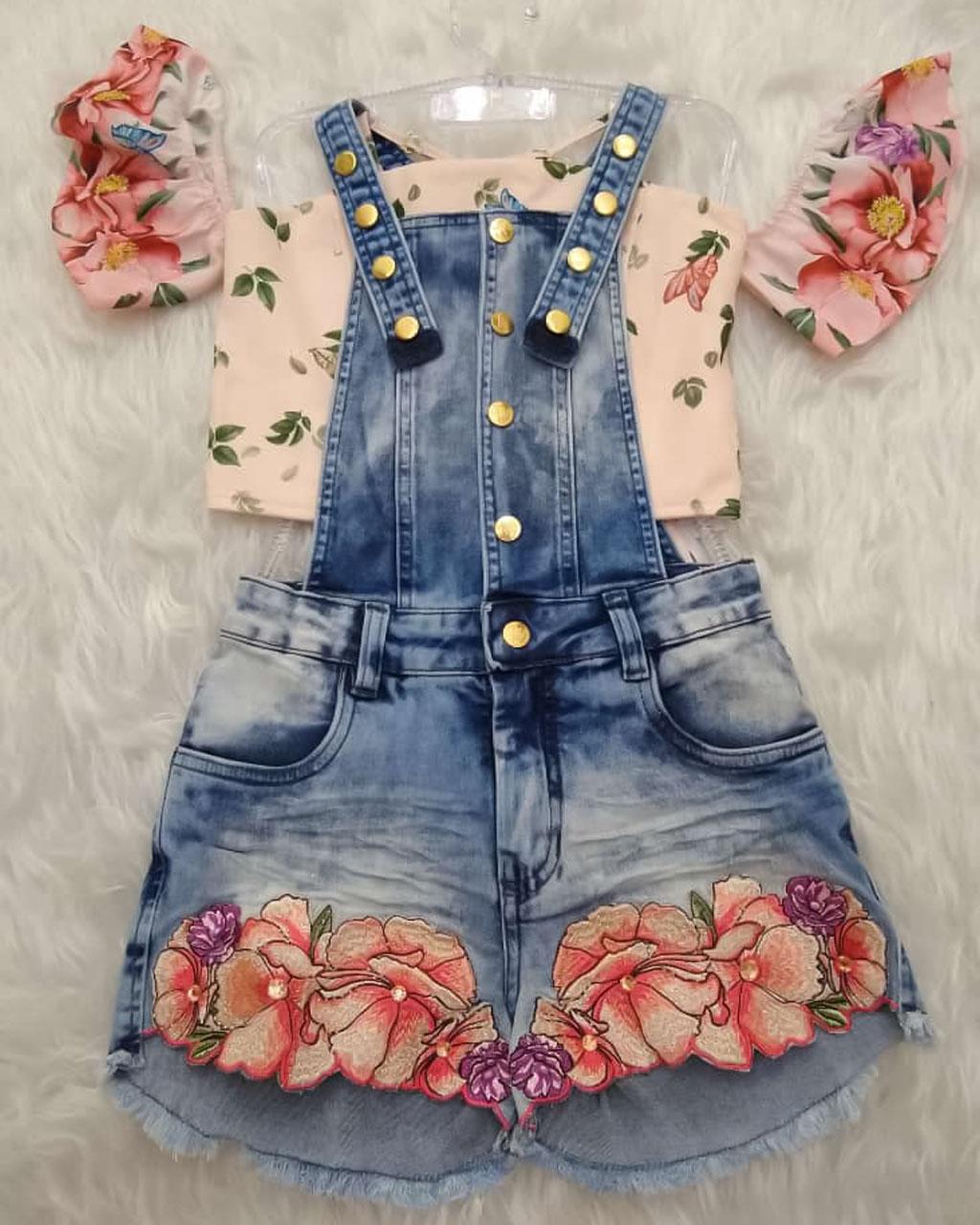 Jardineira Infantil Jeans Bordada com Blusa Cropped Floral Salmão Kukixo