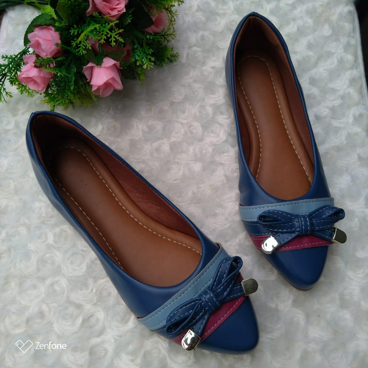 Sapatilha Azul Marinho bico fino com detalhes em Marsala e laço