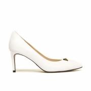 Scarpin Cecconello Soft Branco com Enfeite Pirâmide Ouro Salto Médio Fino 7,5cm