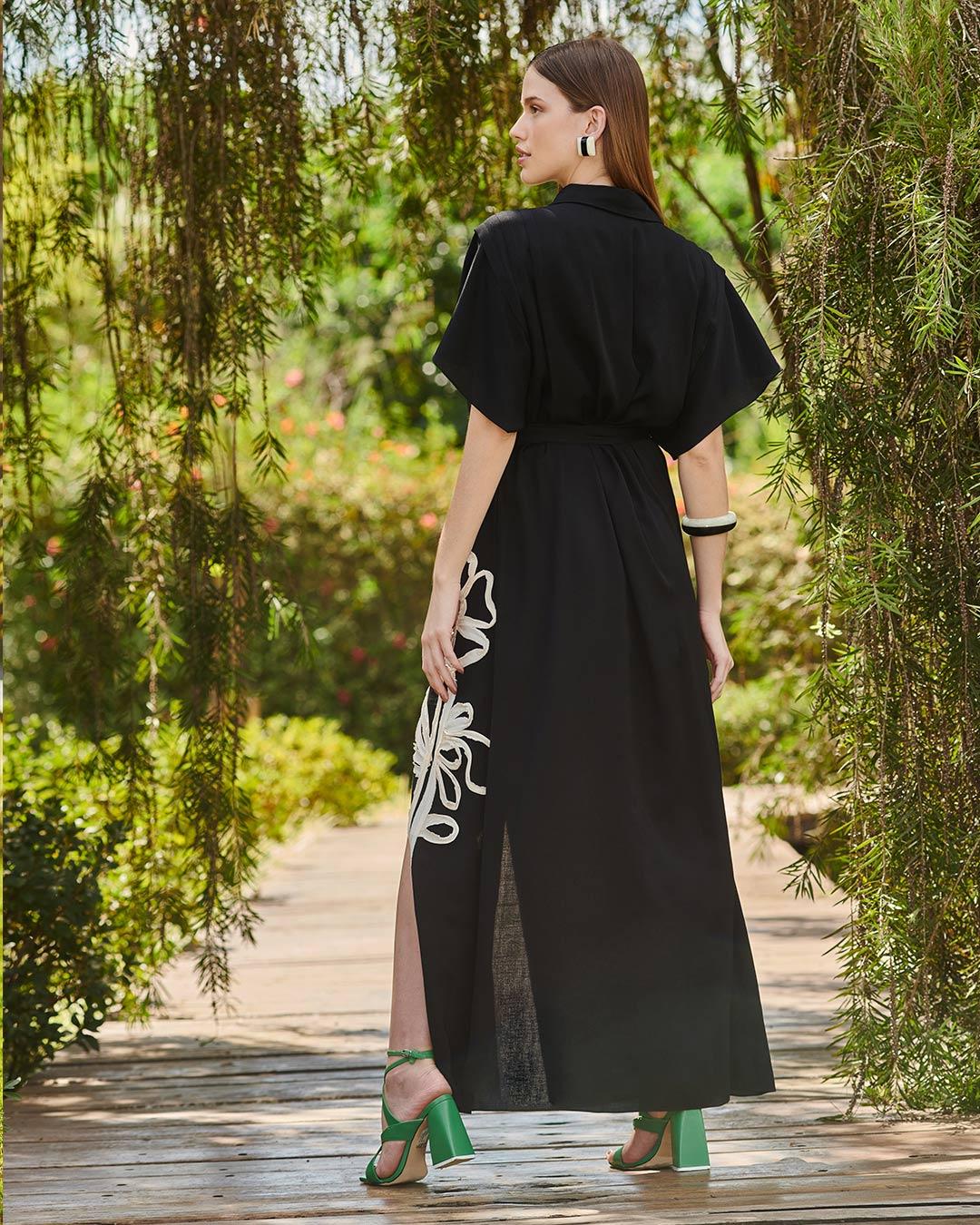 Vestido chemise de viscolinho com flor aplicada