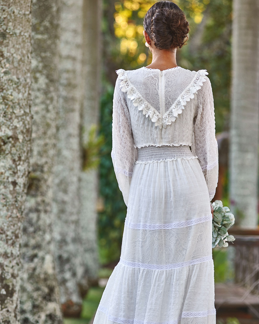 Vestido boho com detalhes de croche e tecido de seda