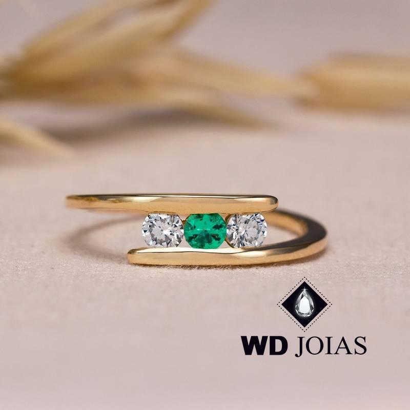 Anel de Ouro Feminino Com Brilhante e Esmeralda 2,5g MJA125