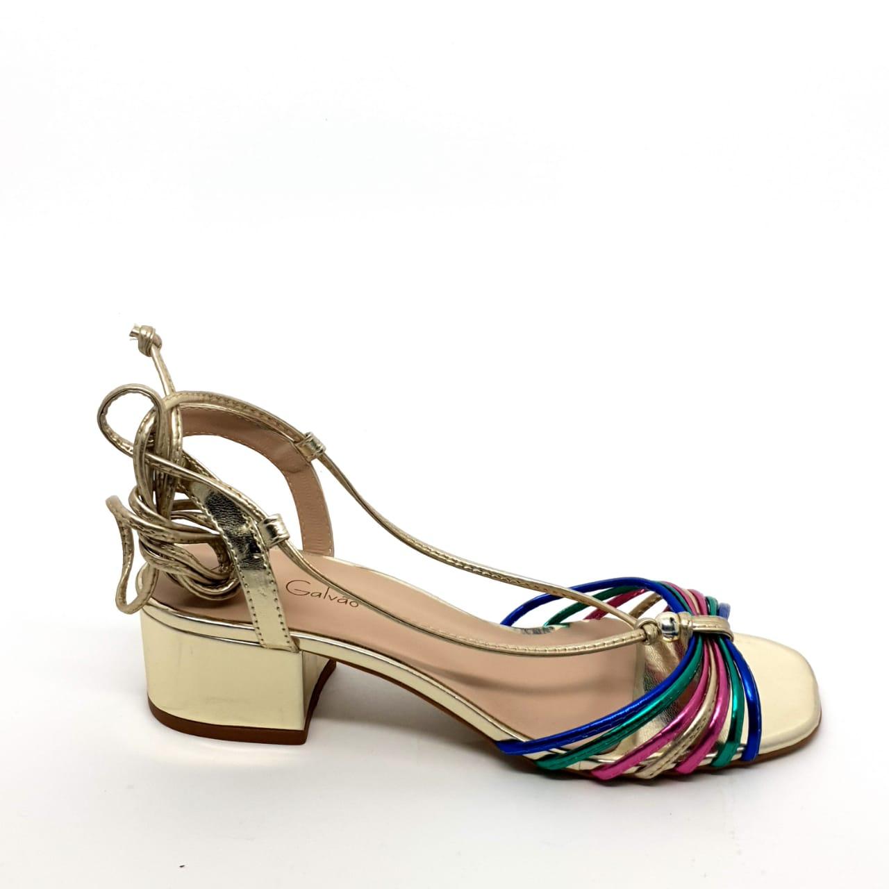 Sandália com tiras coloridas