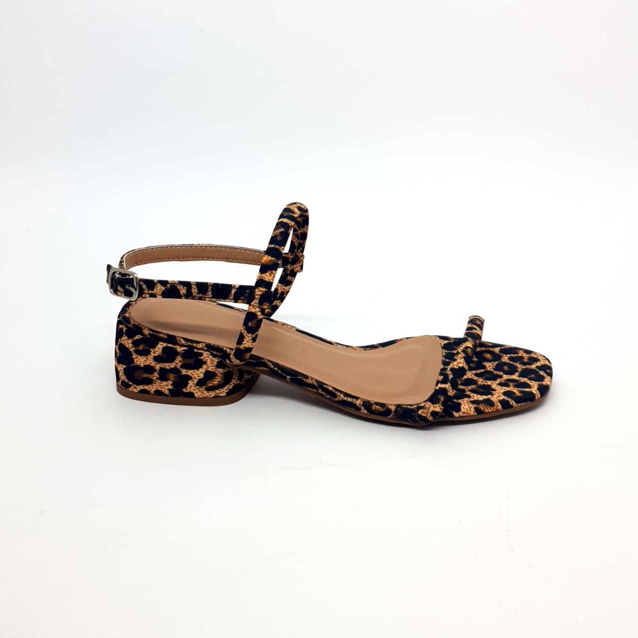 Sandália salto bloco baixo em animal print