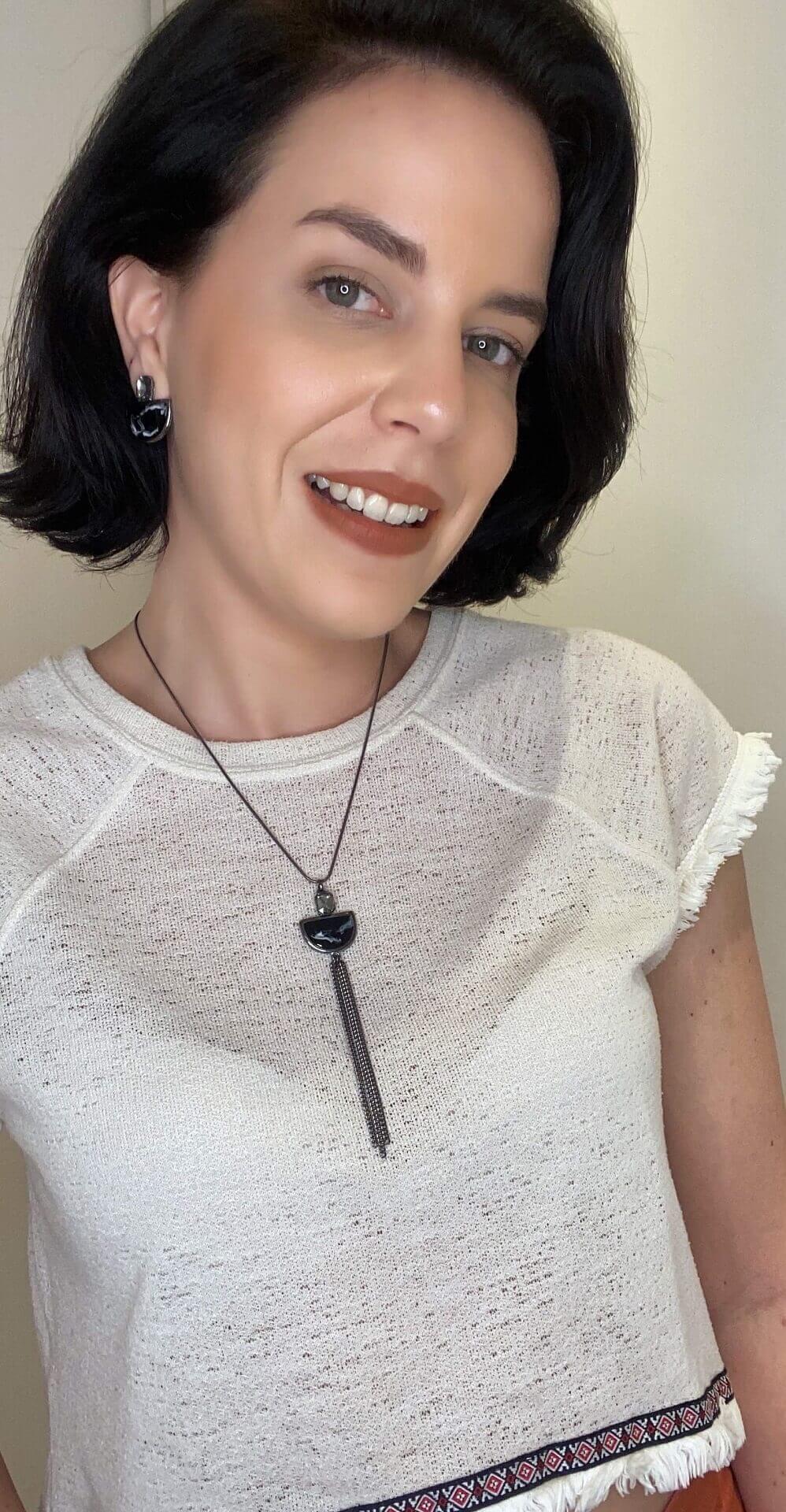 Colar gravatinha Dominique resina preta e branca folheado a ródio negro