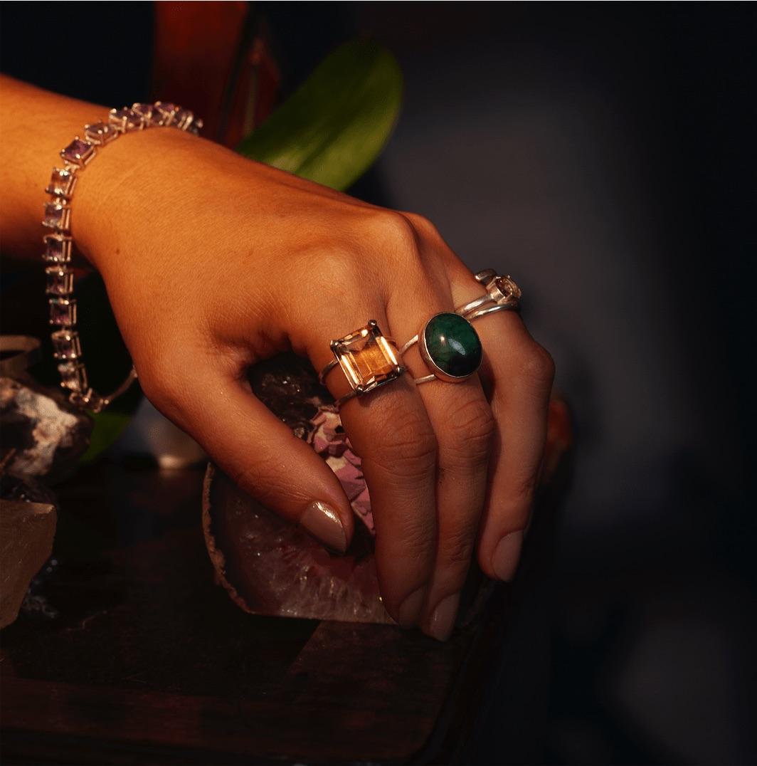 Anel Prata em Esmeralda Bruta