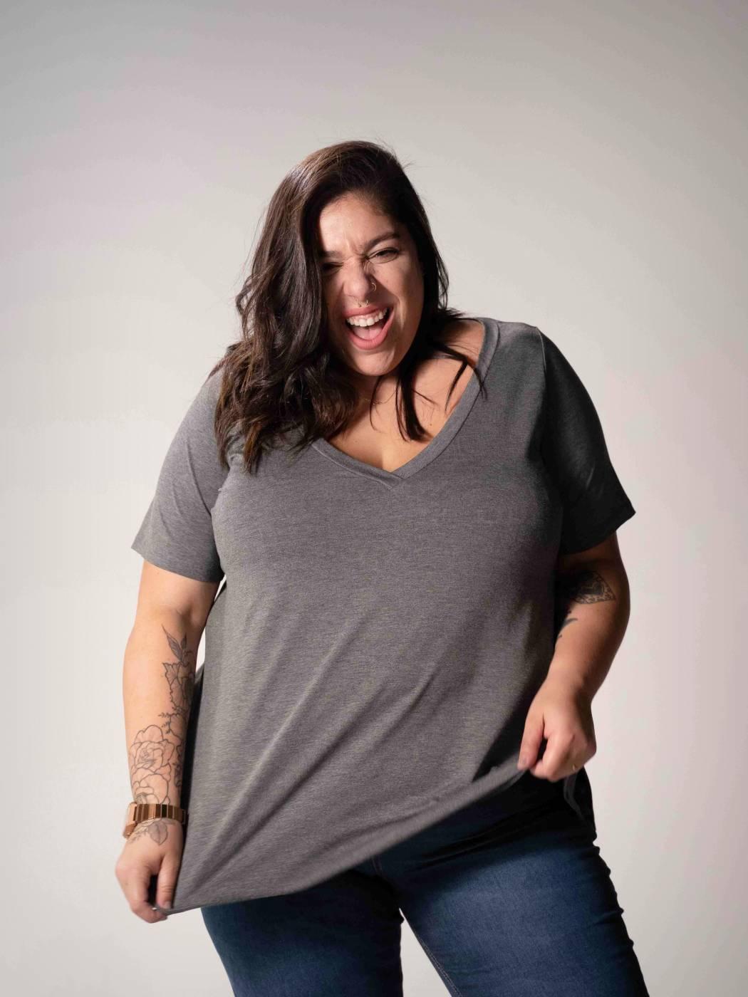 Blusa Básica Plus Size com Decote V Grafite