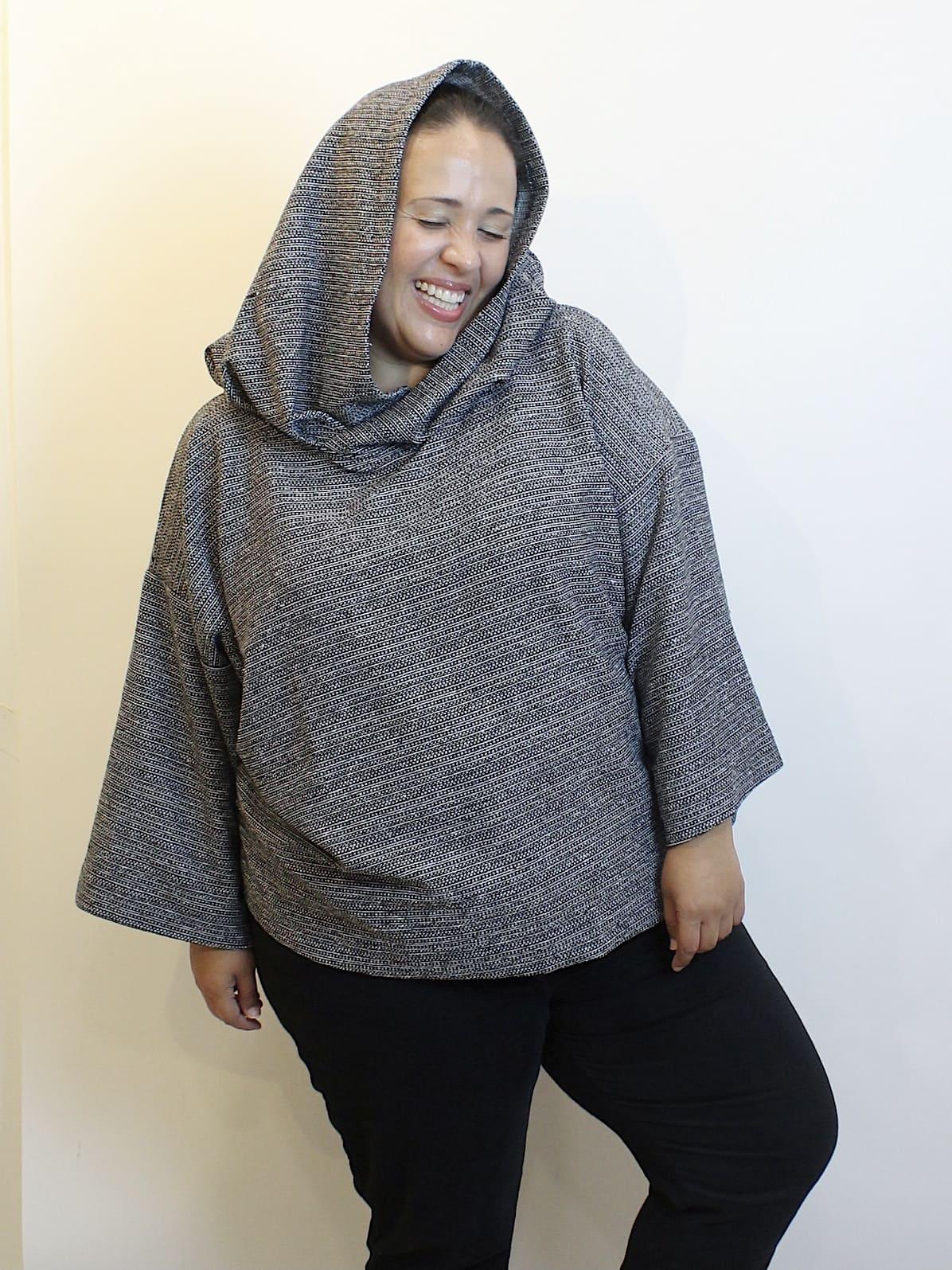 Blusa De Moletom Oversized Com Capuz Preto e Branco Plus Size