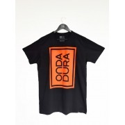 Camiseta preta com estamp. Onda Dura 90º laranja neon