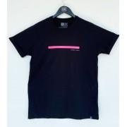 Camiseta preta com manga dobrada e faixa rosa neon