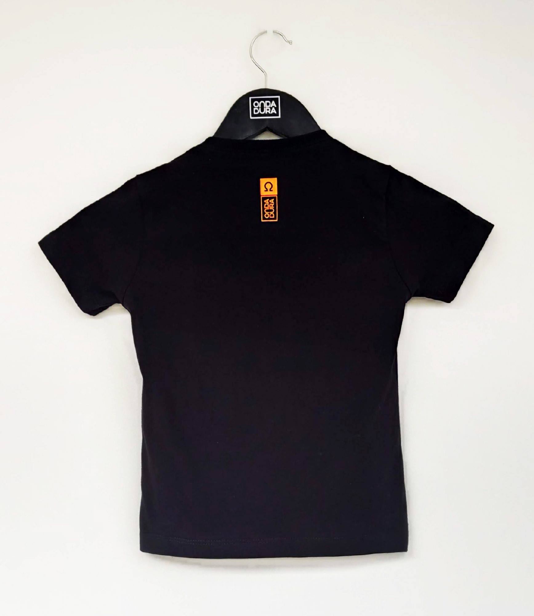 Camiseta preta infantil logo oficial laranja neon