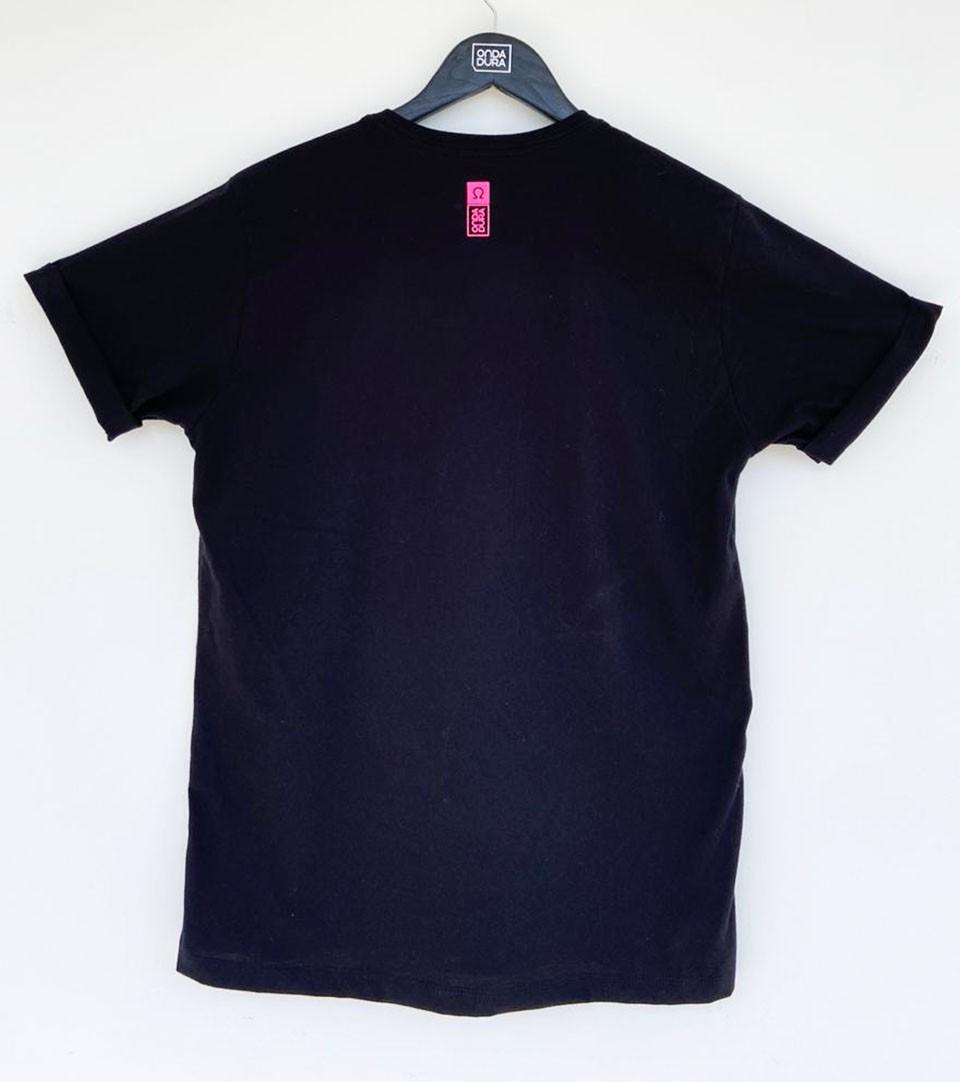 Camiseta manga dobrada e faixa rosa neon