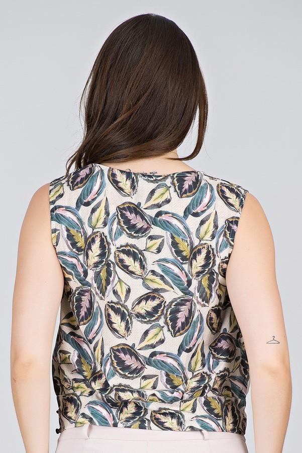 Blusa Transpassada em Estampa de Folhagens - Midsize