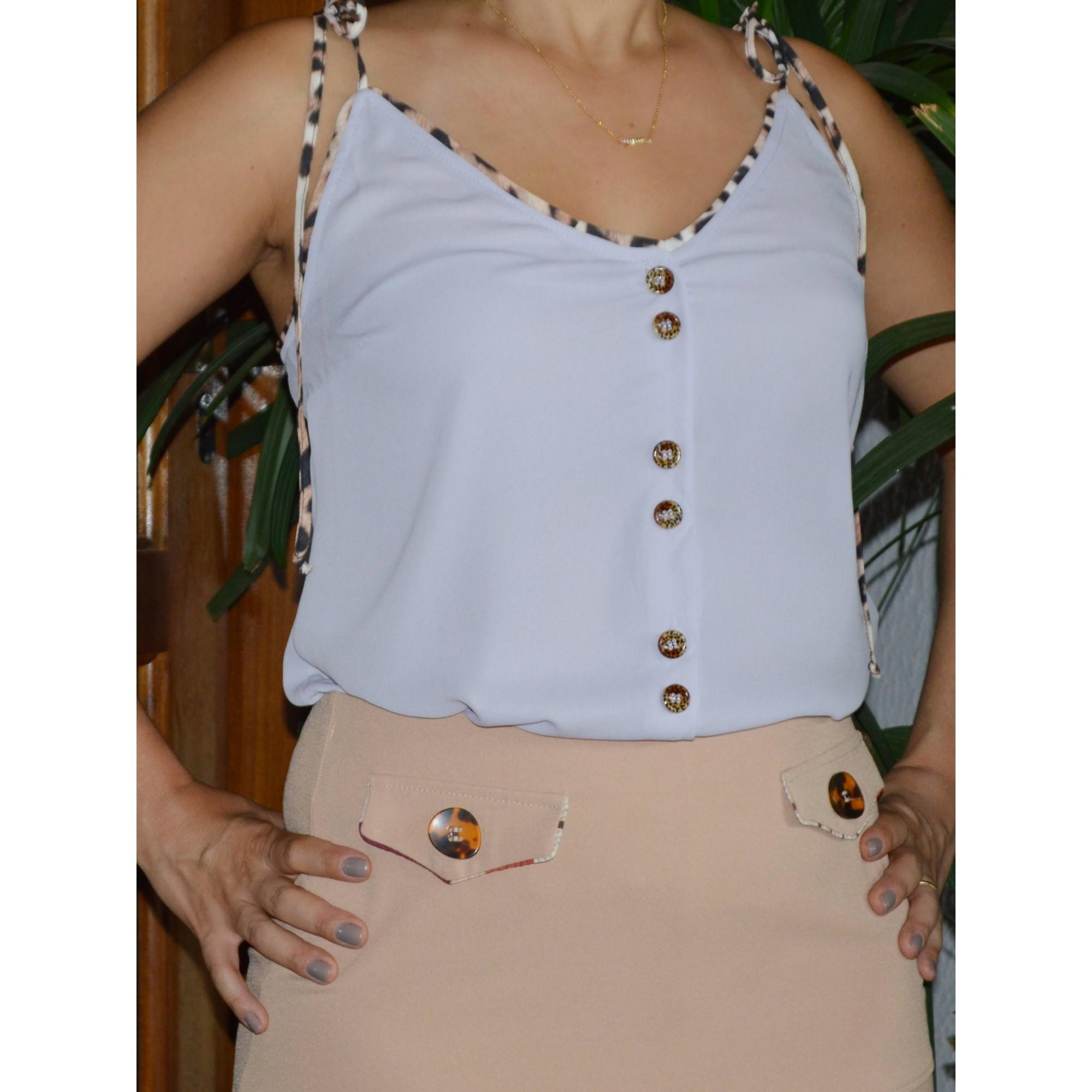 Blusa Alça com detalhe em oncinha e botões