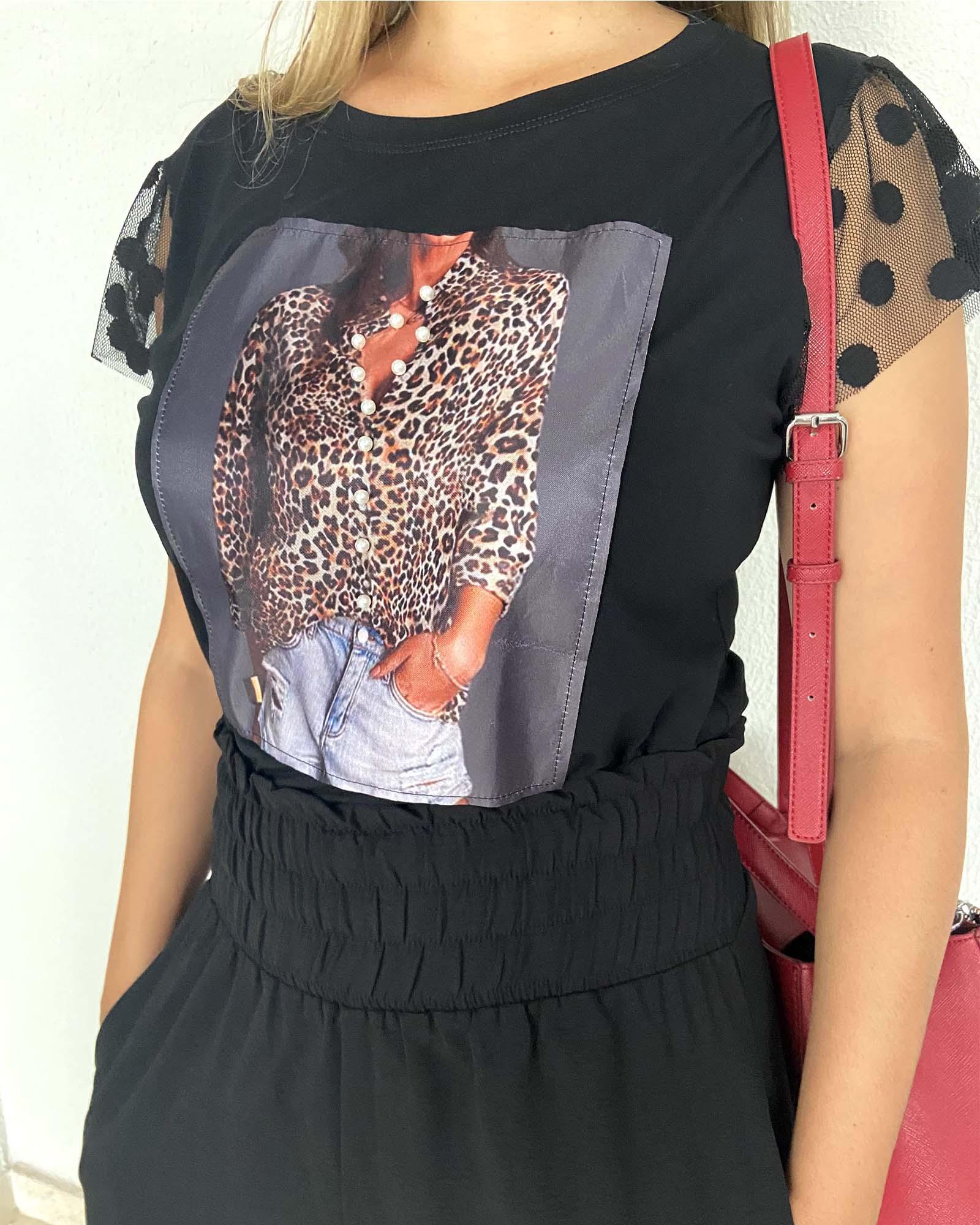 T-shirt com aplicação de estampa e pérolas