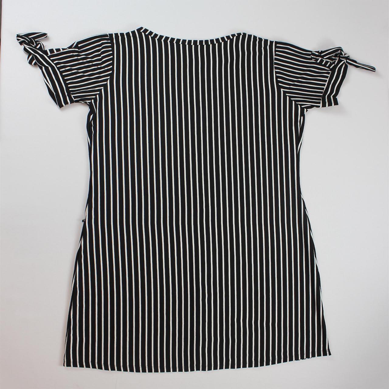 Vestido Curto Listrado com Laço na Manga Feminino - Preto e Branco Listra Fina
