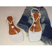 Sandália fashion na cor branca com detalhe de ABS .