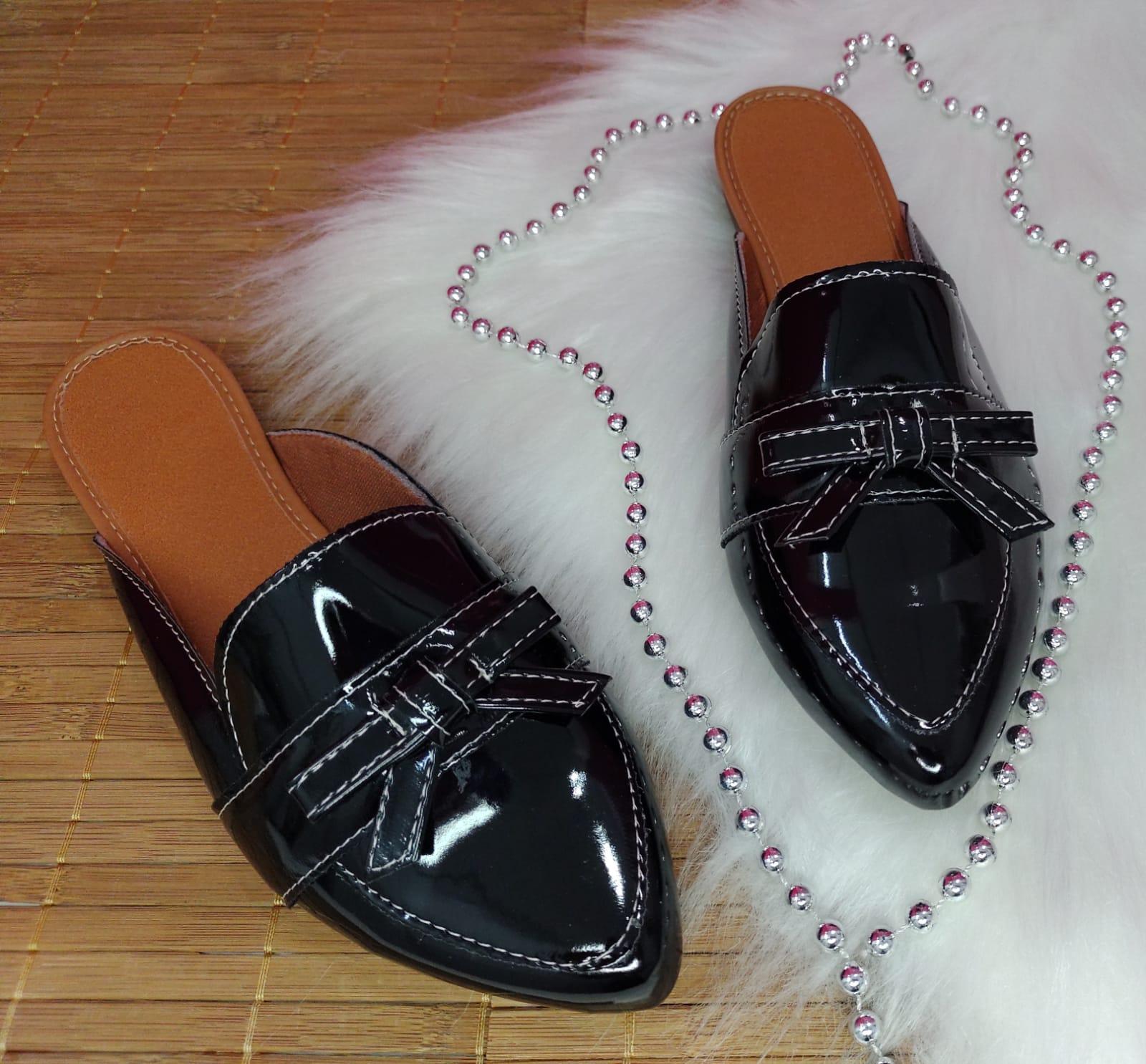 Mule preto verniz com laço no mesmo material