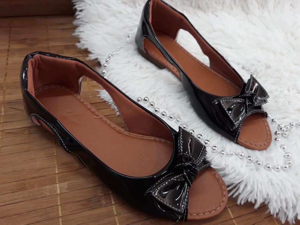 Peeptoe preto verniz com laço no mesmo material e costura branca
