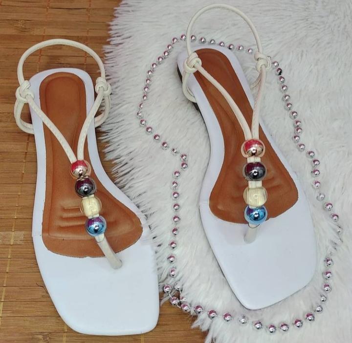 Sandália fashion na cor branca com detalhe de ABS.