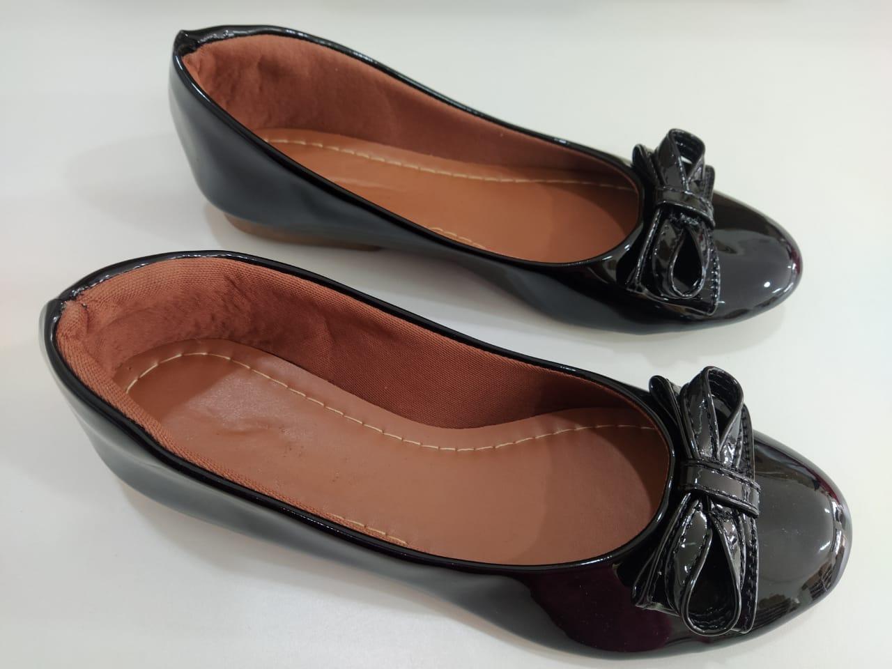 Sapatilha bico redondo preto verniz com laço no mesmo material