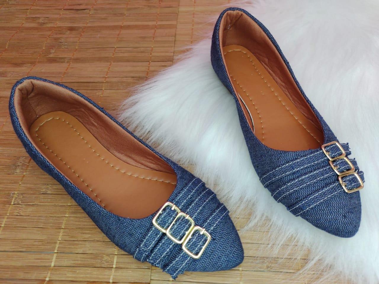 Sapatilha Material Jeans- Detalhe três com fivelas dourada