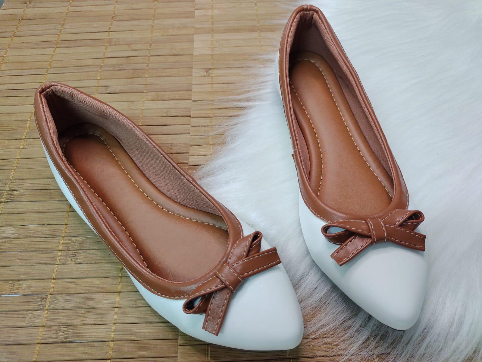 Sapatilha Palmilha Confort - Na cor Branco Com Borda e Laço Caramelo.