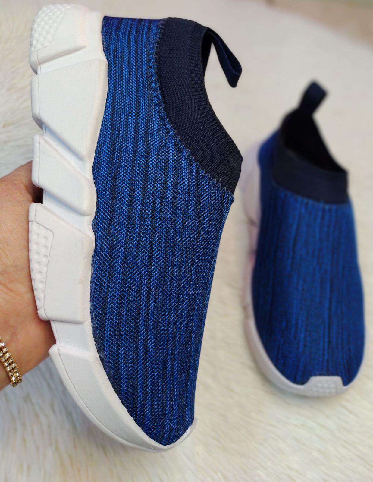Tênis meia tecido na cor azul marinho.