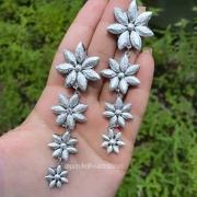 Brinco Biju Prateado Em Com Flores Em Cascata Feito Com Material Tipo Tecido Leve
