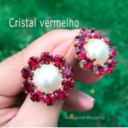 Brinco Semijoia Flor Perolada com Pétalas em Cristal Vermelho Folheado a Ouro 18K